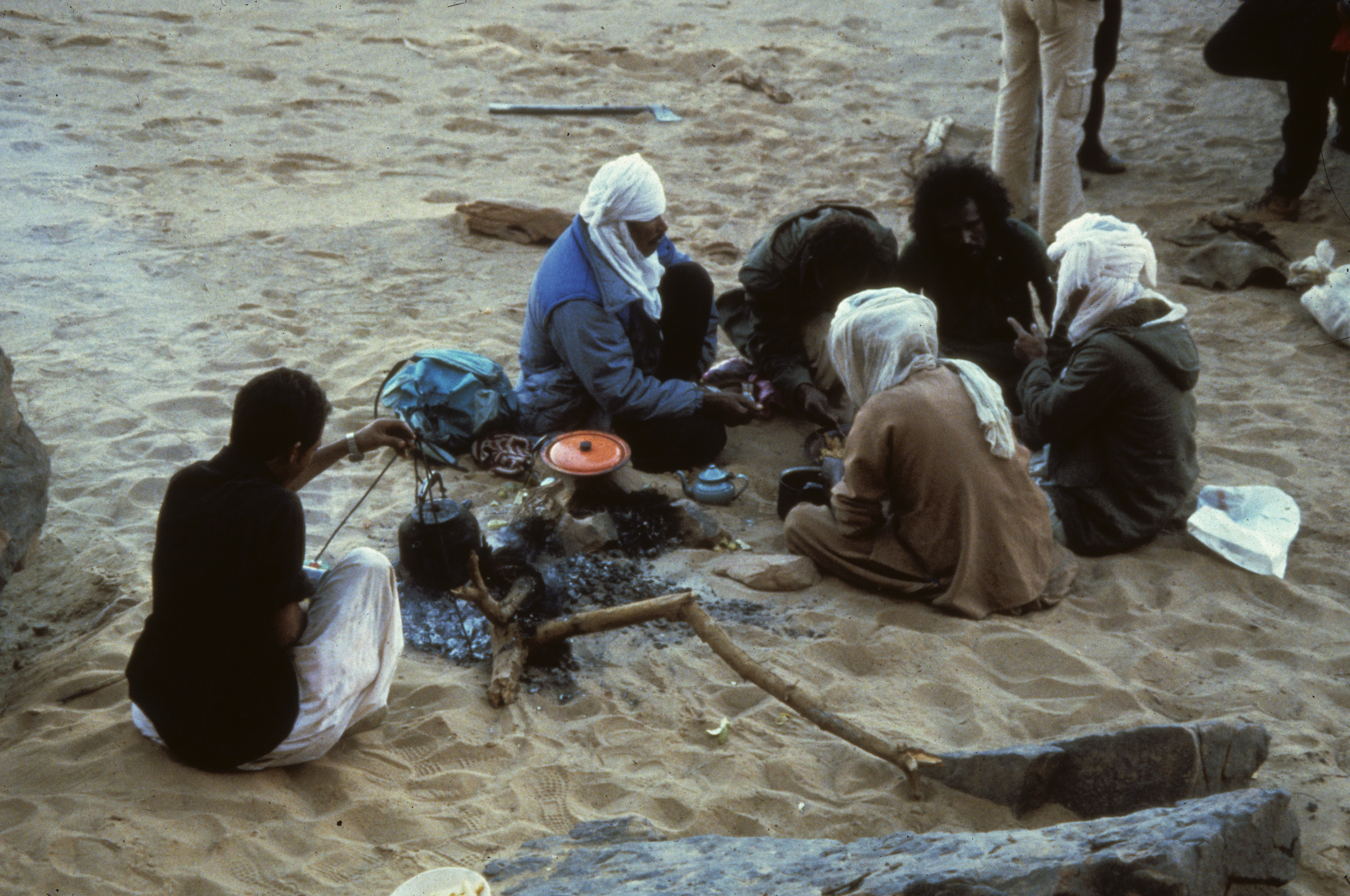 Fig. Camp 20, Oued I-n-Djerane (21.11.87, midi). Dispositif spatial de type repas (Rb).Photo Alain Gallay.