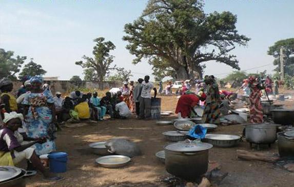 Fig. 5. Préparation d'un repas de funéraille chez les Sereer. Cliché http:tatou64100.over-blog.fr