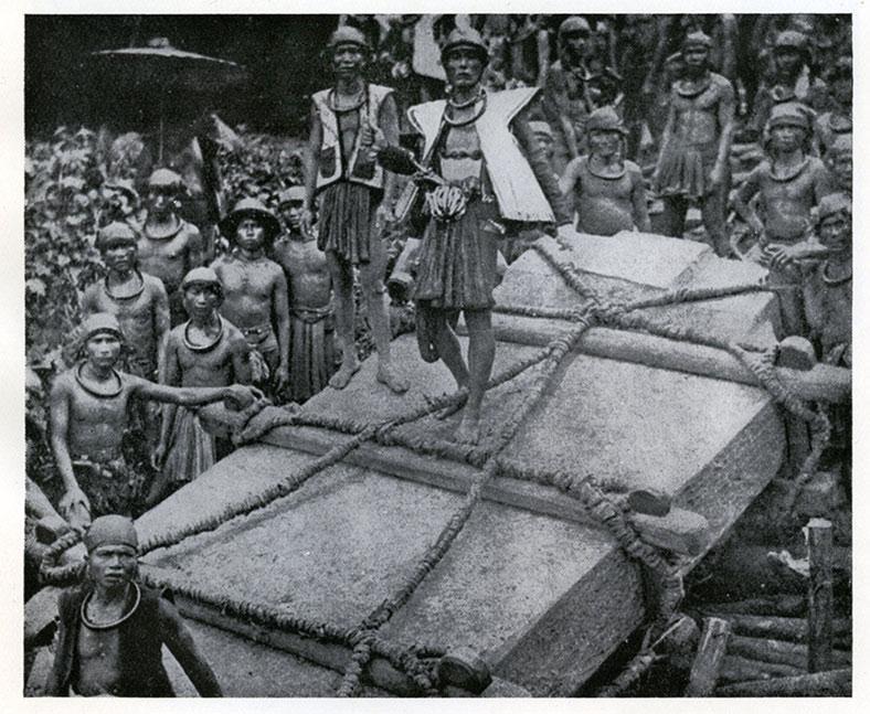 Fig. 7. Transport d'un mégalithe dans l'île de Nias vers 1910. La pierre est la même que celle figurant sur la photo de droite de la fig. 6 (Schöder 1917)