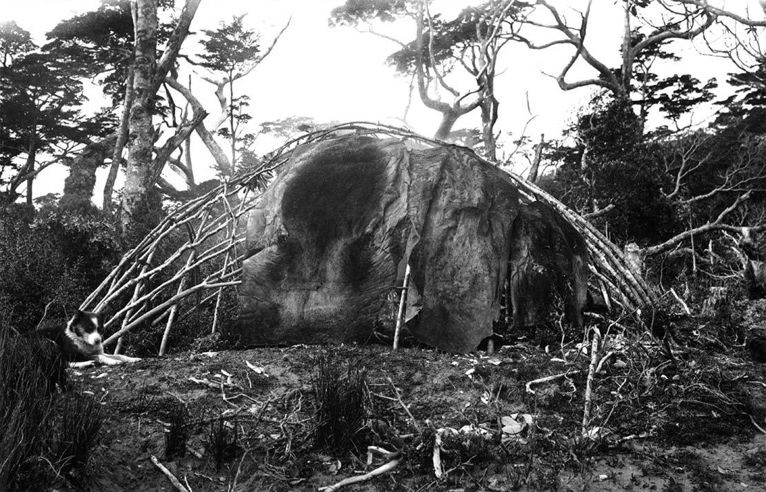 Fig. 2. Une hutte yagan avec son monticule résultant de l'évacuation des déchets domestiques. D'après Gusine 2015, p. 239.