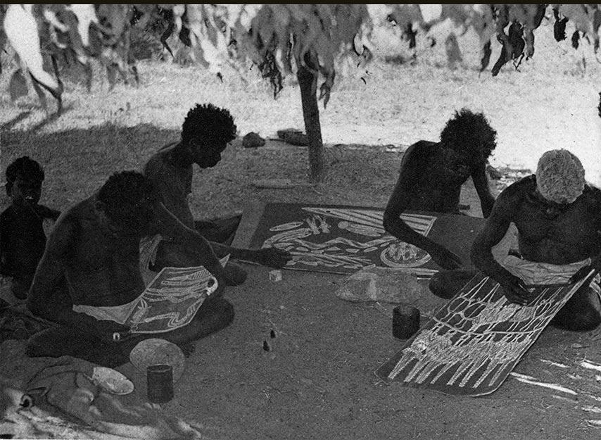 Fig. 10. L'atelier des artistes de Milingimbi. On distingue au centre une écorce avec la représentation du mythe des sœurs Wavilag (Kupka 1962, p. 30 et Musée du quai Branly).