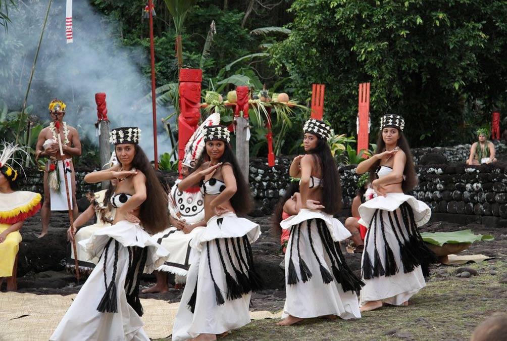 Fig. 13. Danse lors d'une restitution d'une cérémonie traditionnelle pour touristes. L'habit traditionnel est approximativement respecté avec des collerettes de tapa autour de la ceinture. On remarque le caractère stéréotypé des gestes (http://www.jeanpierrebonnefoy.com/spip/spip.php?article50).