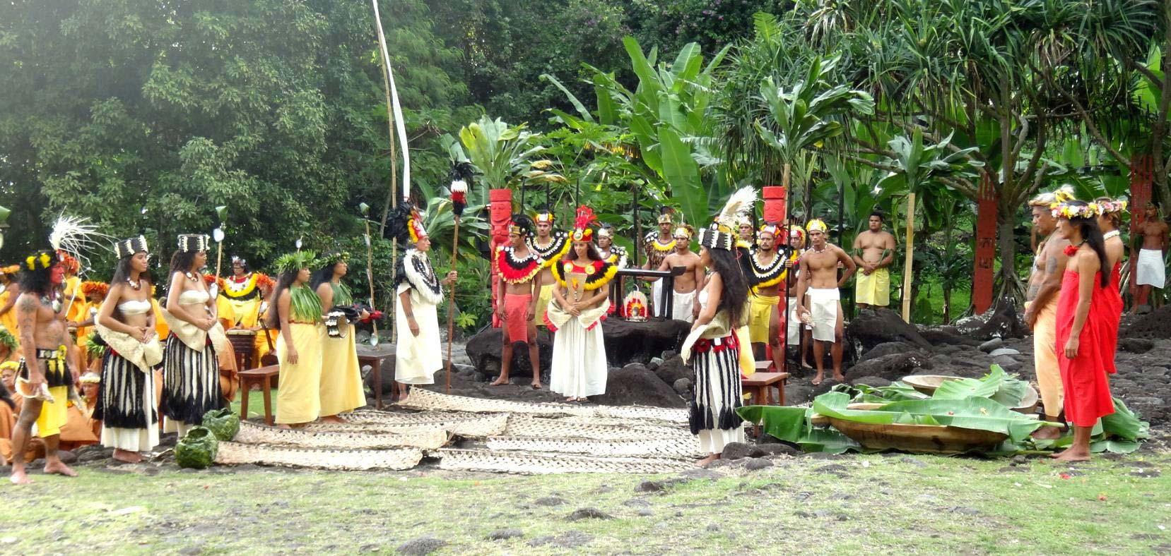 Fig. 17. Reconstitution d'une cérémonie traditionnelle pour touristes. Les deux femmes de gauche portent les habits les plus proches des stéréotypes traditionnels. Des tapa sont disposés sur le sol (photo).