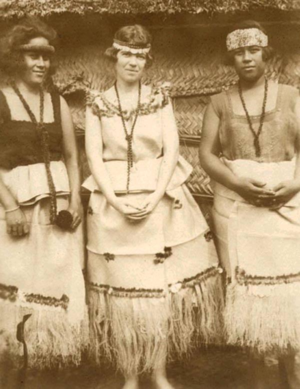 Fig. 6. Margaret Mead à Samoa en compagnie de deux insulaires (http://marivi-hypatia.blogspot.ch/2012/12/).