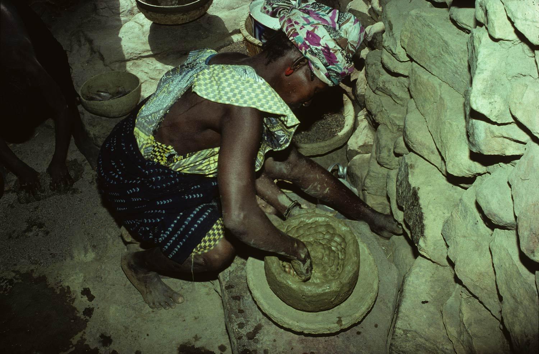 Tradition D. Niogono 1991-1992 Potière A. Bagéné (Seibo). Creusage de la motte. Phase A, creusage d'un cylindre, MESAO 246.11. 3780.1/Po2.