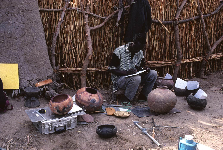 Soula Kanda 1998. Youssouf Kalapo (Institut des sciences humaines du Mali) : inventaire dessiné de la céramique. MAESAO 324.03.