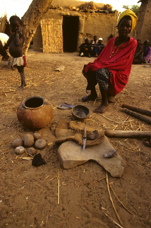 Tradition A. Diennsagou 2000. Concession 11. Potière M. Dara (Dara) et ses instruments. MESAO 343.11. 5248/Po18.
