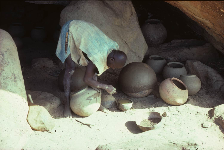 Tradition E. Nemguéné (massif du Sarnyéré). L'atelier des potiers dans un abri sous roche proche du village. Mission 1976, A76.70.