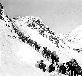 Fig. 10. Ruée vers l'or du Klondike. Prospecteurs passant le Chilkoot pass, mars 1898. https://en.wikipedia.org/wiki/Klondike_Gold_Rush