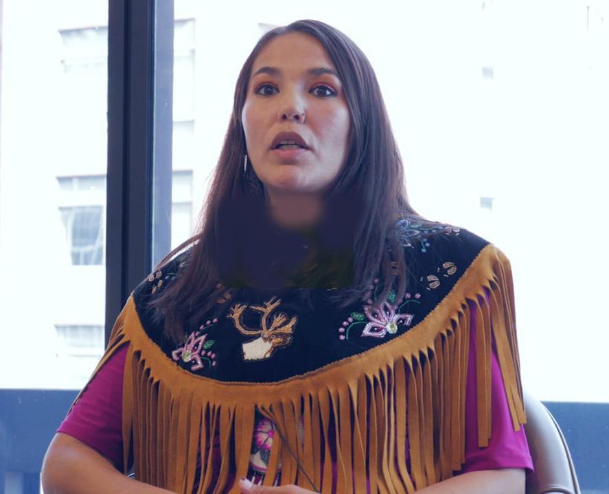 Fig. 25. En 2017, l'administration Trump a ouvert ce qu'on appelle les refuges arctiques, mais «pour nous, c'est le lieu sacré où commence la vie. Nous n'y marchons pas. C'est tellement sacré pour nous que nous n'y allons pas. Nous sommes en 2019 et nous nous battons pour notre mode de vie, pour nos droits humains et nous ne demandons rien d'autre que de coexister. » Bernadette Demientief. https://vimeo.com/362268126