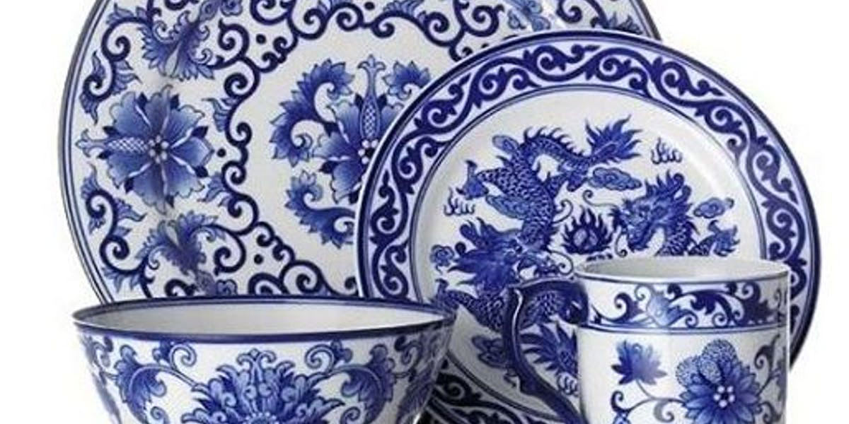4. Porcelaines chinoises à motifs bleus sur fond blanc. La porcelaine (le terme est le même en chinois pour désigner le grès ou la porcelaine) est une variété de grès faisant appel à du kaolin, du feldspath et du sable. La porcelaine permet d'obtenir des parois très fines et translucides. Le kaolin, quant à lui, est une sorte d'argile, blanche, friable, dont la source la plus connue est la colline de Gao-ling, au nord de Jingdezhen; il est composé d'alumine (40%), de silice (46%) et d'eau (14%).