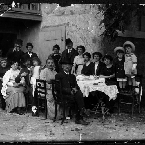 La famille Gallay dans sa maison a Songy </br>Au centre Jean Gallay et Marie Villars