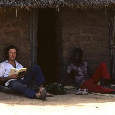 Santhiou Kohel : Philippe Curdy au repos devant notre case
