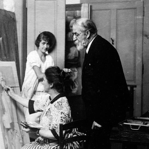 En second plan, Evelyne Baron aux Beaux Arts en 1925 «dans le bureau» (L'homme, non identifié, n'est ni Philippe Hainard, ni James Vibert).