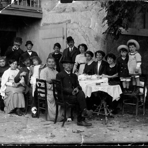 La famille Gallay dans la maison du patriarche de Songy